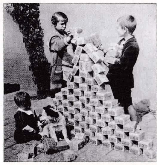 札束で遊ぶ子供たち
