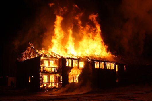 家が燃える